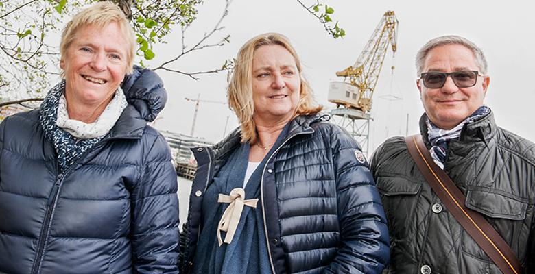 Birgitta, Lotta och Anders skrattar och ler